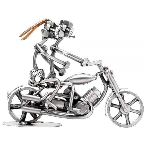 Pariskunta moottoripyörällä mutteriveistos