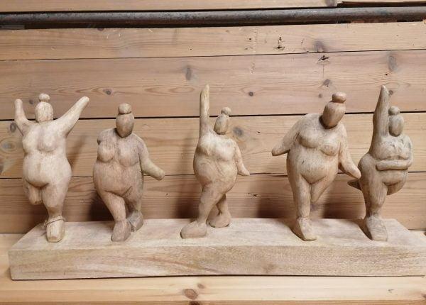 Mangopuinen patsas viisi naista.