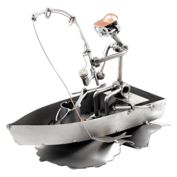 Kalastaja veneessä mutteriveistos