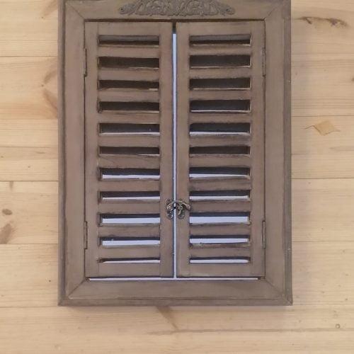 Rustiikkinen peili ovilla