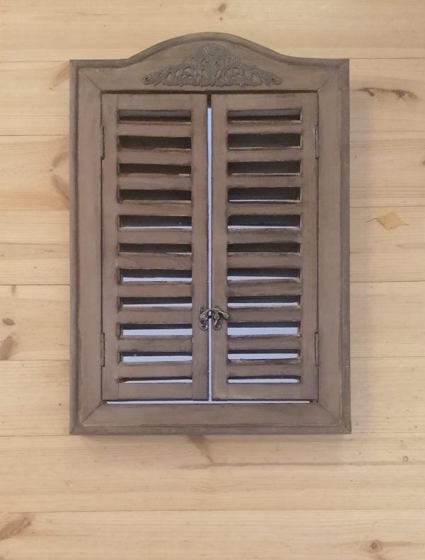 Rustiikkinen peili ovet suljettuna