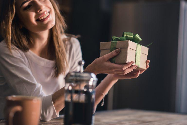 Nainen ja lahja