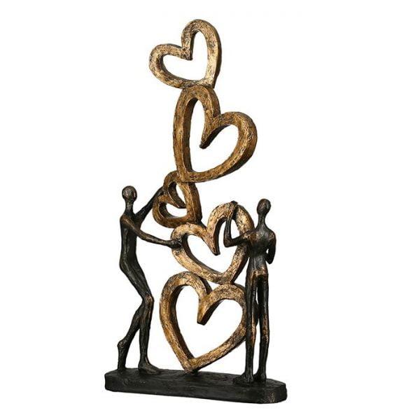 Heart to heart -patsas, sydänpyramidi ja ihmishahmot.