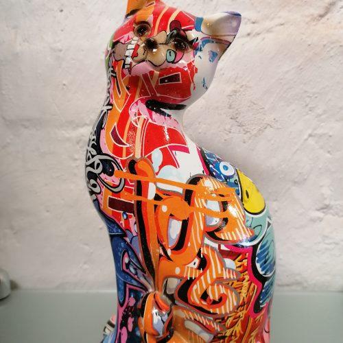 Istuva pop art kissa B